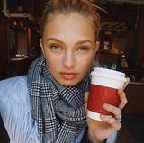 Model Romee Strijd wärmt sich im kalten New York mit einem Heißgetränk auf.