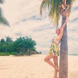 Auf Mauritius entflieht Bald-Mama Annemarie Carpendale Mitte Januar der Kälte Deutschlands. Mit im Gepäck: ein süßes Latzkleid mit Tropenprint, das sie am Strand ganz einfach über ihren Bikini ziehen kann.