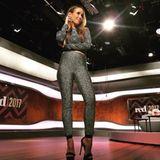 Von Kopf bis Fuß in Glitzer und trotzdem sportlich - das machen die Metallic-Kombiteile möglich, die Annemarie Carpendale zu Peeptoe-Heels trägt.