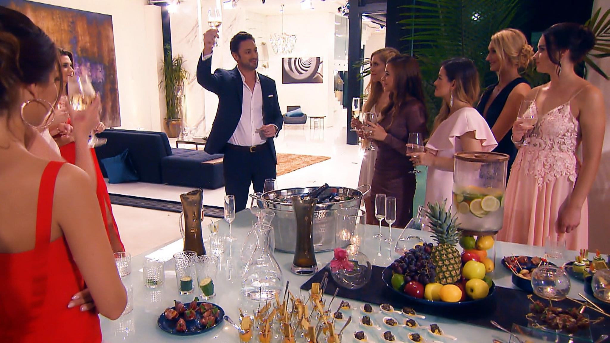 Daniel Völz begrüßt die Kandidatinnen in der Villa in Miami