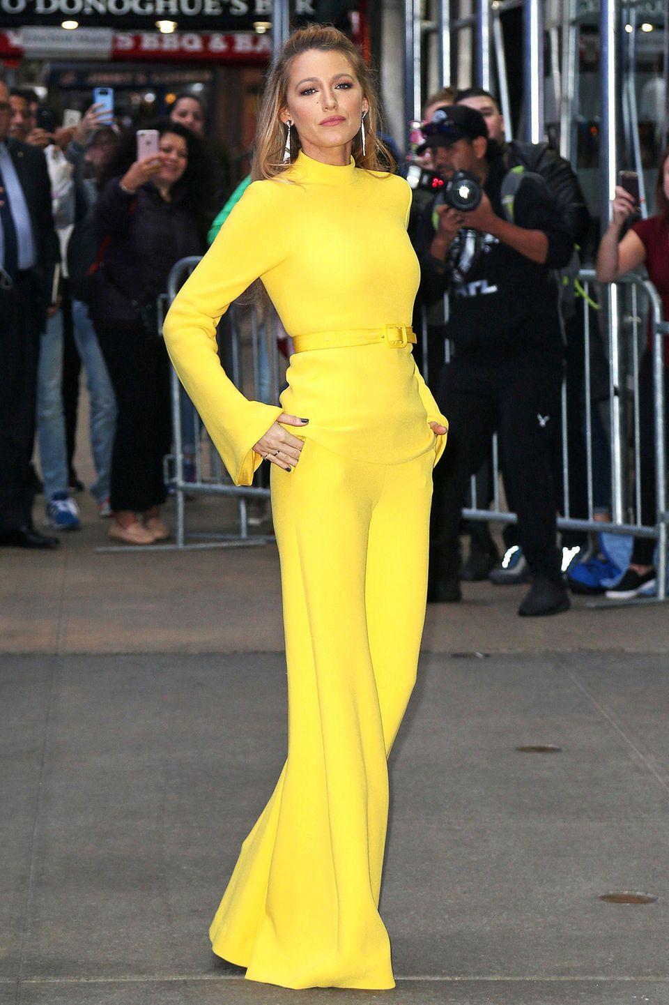 Doch Michelle Monaghan war nicht die erste, die in dem stylischen Zweiteiler strahlte. Blake Lively zeigte sich nämlich schon im Oktober 2017 in diesem farblichen Statement-Look