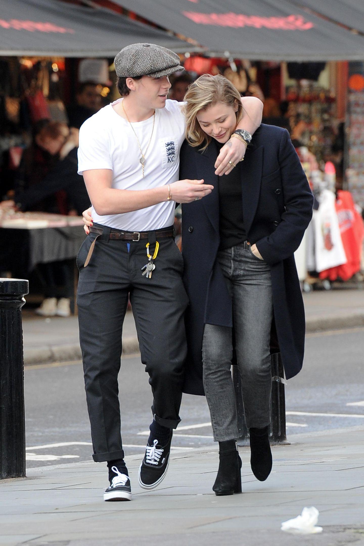 10. Januar 2018  Wie romantisch! Brooklyn Beckham schlendert mit Freundin, der SchauspielerinChloë Grace Moretz verliebt durch Notting Hill in London.