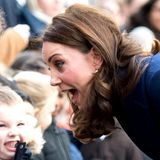Während ihres Besuchs einer Schule in Feltham beweist Herzogin Catherine mal wieder Humor und zeigt, wie sehr sie kleine Kids mag. Zur großen Freude der Zwerge wird beim Treffen ordentlich Gesichtsakrobatik betrieben.