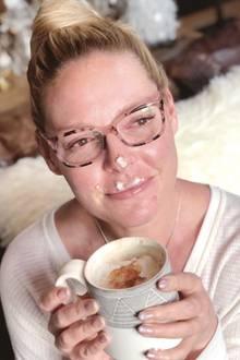 Hmmm lecker! Schauspielerin Katherine Heigl genießt sichtbar ihren Latte.