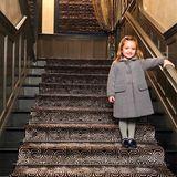 """Sophia """"Fifi"""" Ecclestone, die Enkelin von Formel 1-Milliardär Bernie Ecclestone, ist bereit für ihren ersten Vorschultag im neuen Jahr. In einem schicken grauen Wollmantel, mit passender Strumpfhose und dunklen Schühchen mit Pompoms, strahlt die Dreijährige in die Kamera ihres Vaters, Jay Rutland. Die Ecclestones bewohnen ein Haus in den feinen Londoner """"Kensington Palace Gardens"""" und Sophia gehört sicherlich zu den verwöhntesten Promikids Londons - vielleicht geht sie sogar auf die selbe Schule wie Prinzessin Charlotte."""