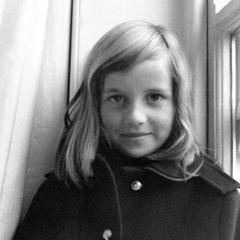 Lady Diana Spencer, die spätere Prinzessin von Wales, trägt im Winter 1968 einen warmen Wintermantel, als dieses Foto der damals Siebenjährigen entsteht. Die Haare und die Gesichtsform ähneln stark Prinzessin Charlotte, ihrer Enkeltochter. Das finden zumindest die Diana-Fans beim Vergleich der Bilder.