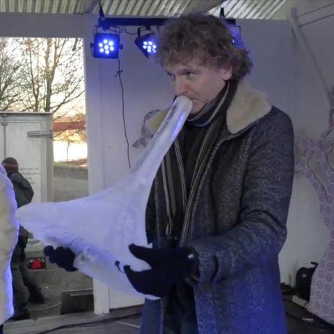 Dieser Musiker macht Instrumente aus Eis.