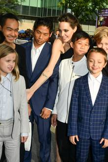 "Angelina Jolie mit ihren Kindern bei der Filmpremiere von ""First they killed my father"" in Toronto."