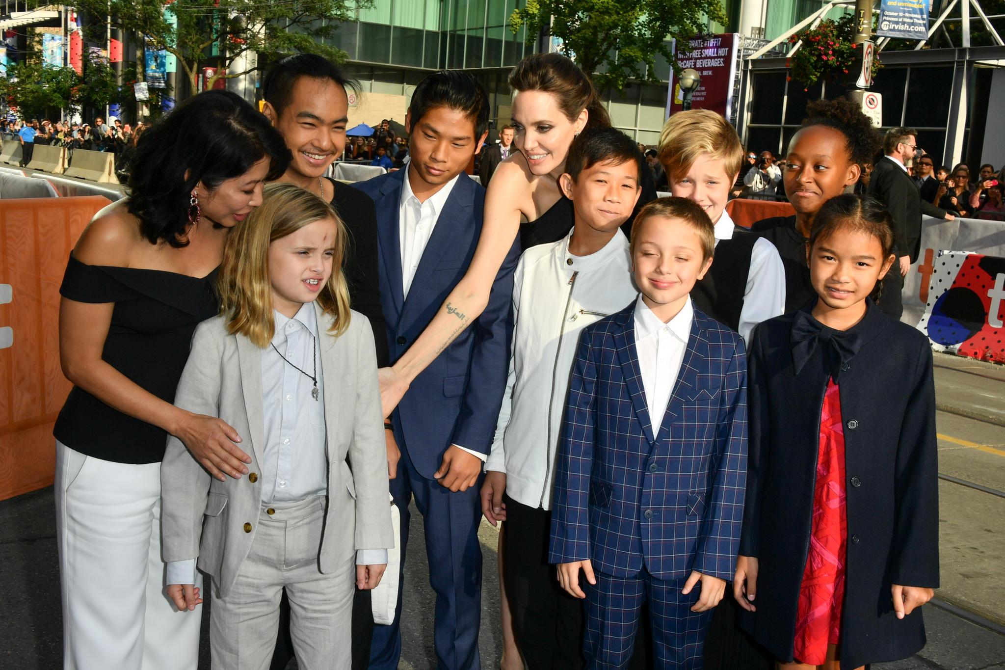 """Angelina Jolie mit ihren Kindern bei der Filmpremiere von """"First they killed my father"""" in Toronto."""