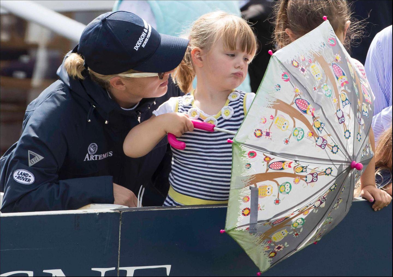 5. August 2017  Mit Töchterchen Mia ist Zara Phillips bei einem Turnier unterwegs. Die Kleine scheint allerdings nicht sonderlich motiviert ...