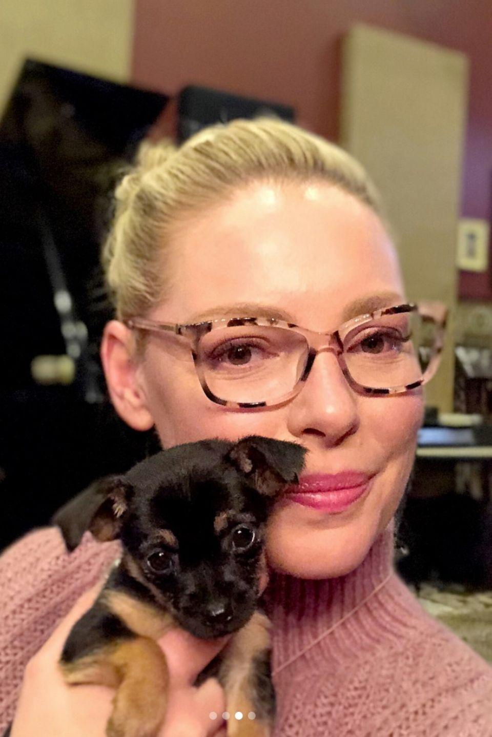 Wie niedlich ist das denn bitte?! Schauspielerin Katherine Heigl postet sich mit einem zuckersüßen Hundewelpen.