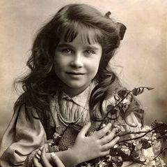 Oder muss man sogar noch viel weiter zurückgehen in der Ahnentafel und den Vergleich anstellen zwischen Prinzessin Charlotte und ihrer Ururgroßmutter, der späteren Königin Elizabeth (Queen Mum)?
