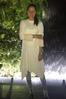 Ganz in Weiß strahlt Ana Ivanovic in einem außergewöhnlichen, aber super gemütlichem Look. Besonderer Eye-Catcher: Ihre hellblauen Samt-Overknees.
