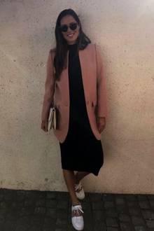 Ana Ivanovic ist ein echter Sonnenschein und wünscht mit diesem Outfit-Foto ihren Fans ein schönes Wochenende. Zum schlichten Kleid kombiniert sie einen Long-Blazer und farblich passende Sneaker von Valentino. Ihren wachsenden Babybauch kaschiert sie mit diesem Look.