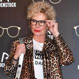 Zur Präsentation der neuen Kollektion von Rodenstock in München erscheint Claudia Effenberg mit einem ganz neuen Look. Die Blondine trägt ihre kurzen Haaren extrem gelockt und wirkt so total verändert. Wir finden die Lockenpracht steht Claudia richtig gut.