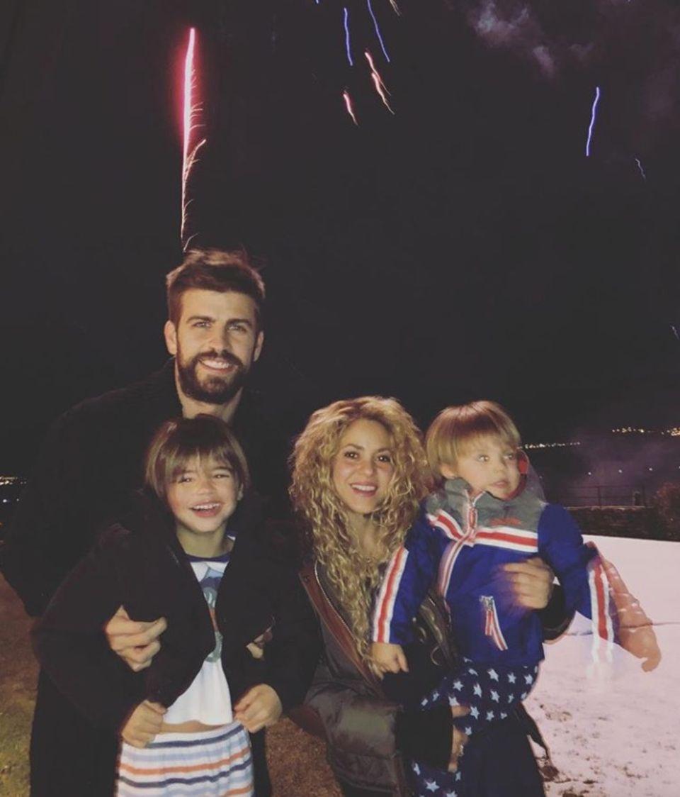 1. Januar 2018  Milan und Sasha freuen sich riesig: Obwohl sie bereits in Schlafanzügen sind, dürfen die Kinder von Gerard Piqué und Shakira selbstverständlich um Mitternacht noch ein Mal raus, um das große Feuerwerk zu sehen.