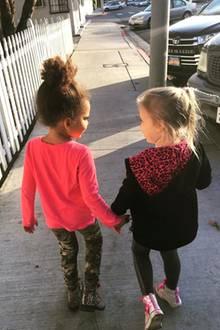 """13. Januar 2018  """"Für immer beste Freunde!"""", postet Hollywoodstar Jeremy Renner und erfreut Fans mit einem süßen Foto seiner Tochter Ava (r.), die Hand in Hand mit ihrer besten Freundin den Weg entlangstolziert."""