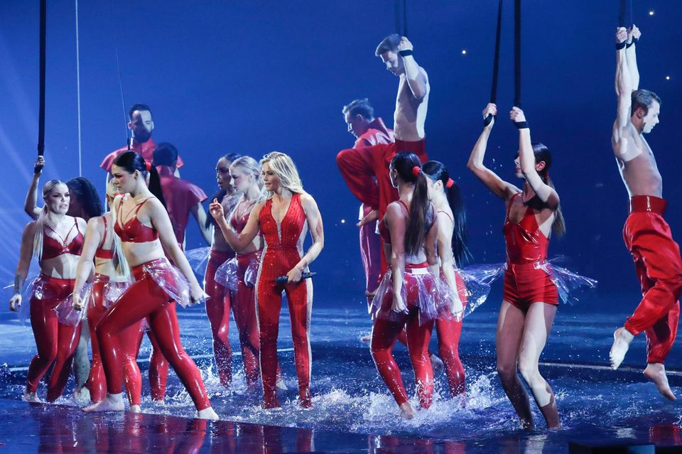 """Ab ins Wasser! Helene tanzt bei """"Achterbahn"""" in einem Becken."""