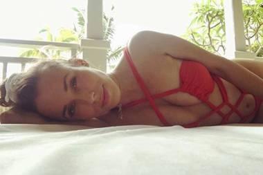 Oh, là, là! Die schwangere Annemarie Carpendale zeigt super sexy in einem knappen Badeanzug auf Instagram. Ihre Fans überhäufen die schöne Moderatorin mit Komplimenten für dieses Foto. Andere User hingegen kritisieren die Freizügigkeit der 40-Jährigen.