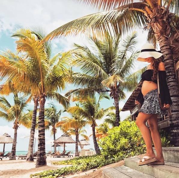 Mit Strohhut, bauchfreiem Oberteil und Minirock lässt es sich Annemarie Carpendale im Urlaub so richtig gut gehen und sorgt dafür, dass ihr Babybauch auch immer genug Sonne abbekommt.
