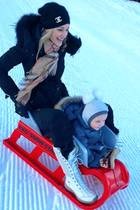 Wuuuusch! Mama Storm Keating und Sohnemann Cooper sausen die Schneepiste entlang.