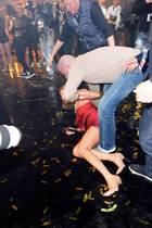 Helene Fischer liegt nach dem Sturz auf dem Boden. Ein Mann hilft ihr beim Aufstehen.
