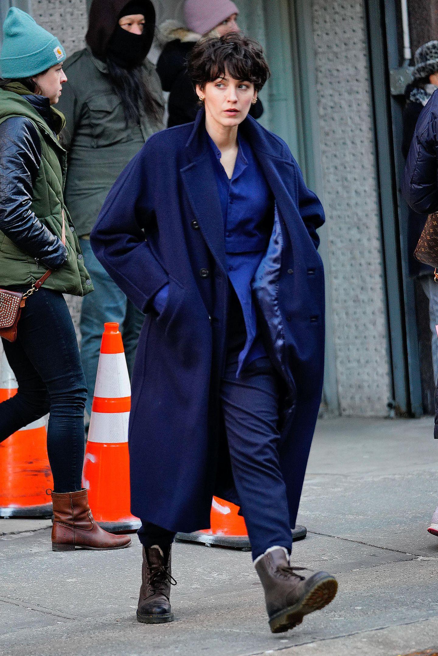Nicht nur den eleganten Retro-Look zeigt Blake Lively bei den Dreharbeiten in New York, sondern auch diesen burschikosen mit dunkler Kurzhaarperücke, mit der sie kaum zu erkennen ist.