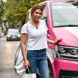 """Topfit und im sportlichen Jeans-Look macht Sabia auf """"Promi Shopping Queen""""-Tour auch eine tolle Figur."""