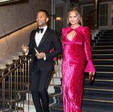 Bei der Nobelpreis-Verleihung kann die schwangere Chrissy Teigen, hier mit ihrerm Mann John Legend, im pinkleuchtendem Samtkleid locker mit den schwedischen Prinzessinnen mithalten.