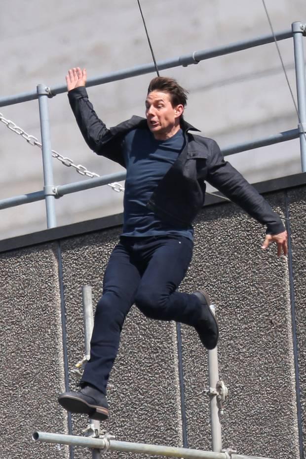 """Wow! Am Set des neuen """"The New Mission Impossible 6"""" Film in London sorgt Tom Cruise für atemberaubende Stunts. Höhenangst dürfte er jedenfalls nicht haben bei dem Sprung."""