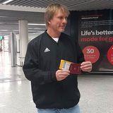Ansgar Brinkmann möchte endlich starten und hält sein Flugticket und den Pass griffbereit.