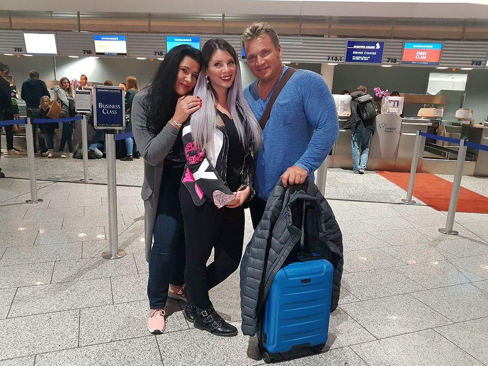 Mama Iris und Papa Peter wollen ein Auge auf Jenny haben und begleiten sie auf der Reise in den australischen Dschungel.