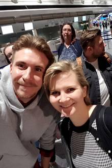 Gleich geht es los: GALA-Redakteurin Jolla schnappt sich vor dem Abflug David Friedrich für ein spannendes Interview und ein gemeinsames Selfie.