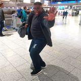 Sänger Sydney Youngblood ist ganz in seinem Element und legt am Flughafen noch schnell ein kleines Ständchen hin.