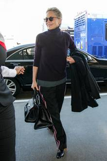 """Sharon Stone hat die richtige Mischung für Reise-Outfits perfekt drauf. Style und Tragekomfort vereint sie mit kuscheligem Rollkragenpullover und der sportlich-eleganten Gabardine-Hose """"Whitney"""" aus dem Hause Iris von Arnim."""