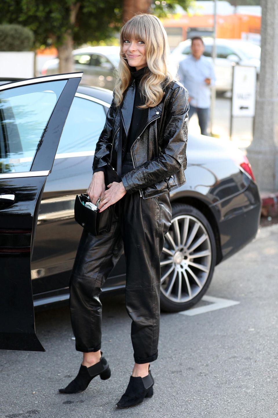 Ähnlich lässig im schwarzen Lack- und Leder-Outfit zeigt sich Jaime King in bei einem Lunch in Hollywood.