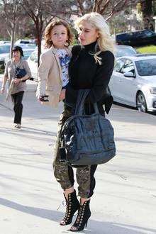 Nur Gwen Stefani schafft es so lässig mit dem süßen Apollo auf dem Arm, einen eleganten schwarzen Blazer mit derber Camouflage-Hose und Stiletto-Boots zu kombinieren.