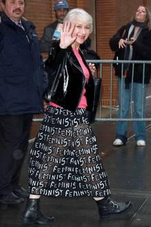 Auch mit 72 weiß Helen Mirren, wie man Streetstyle perfekt rocken kann. Mit halbtransparentem Rock, Biker-Jacke im Lack-Look zum pinkfarbenen Top und derben Boots zieht sie in London alle Blicke auf sich.