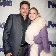 """""""Was für ein lila Ungetüm trägt Jessica Simpson denn da?!"""", denken wir, als wir dieses Foto aus dem Januar 2000 entdecken. Etwas erschrocken müssen wir dann allerdings feststellen, dass diese Mäntel damals wirklich der letzte Schrei waren."""