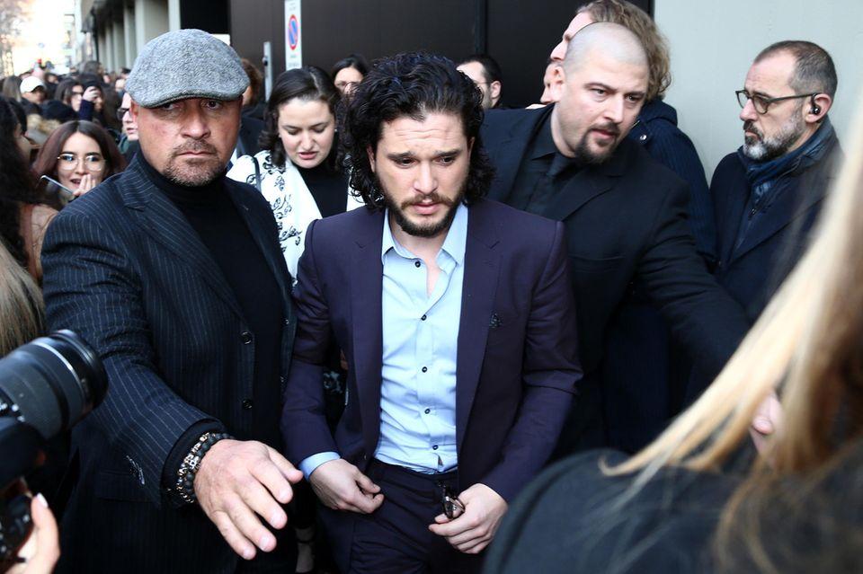"""""""Game of Thrones""""-Star Kit Harington wird auf dem Weg zur """"Dolce & Gabbana""""-Show von Fans und Bodyguards belagert."""
