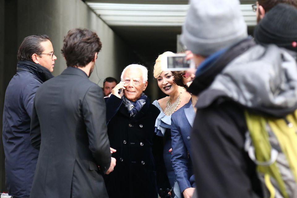 Umringt von Fans genißet Designer Giorgio Armani die Aufmerksamkeit nach seiner gelungenen Show.