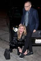 """16. Januar 2018  Larry King und Ehefrau Shawn wollen sich einen gemütlichen Abend im Restaurant """"Craigs"""" machen; nur noch der offene Schnürsenkel steht einer sicheren Anreise im Wege. Da Herr King nicht mehr der Jüngste ist, muss seine Frau ran."""