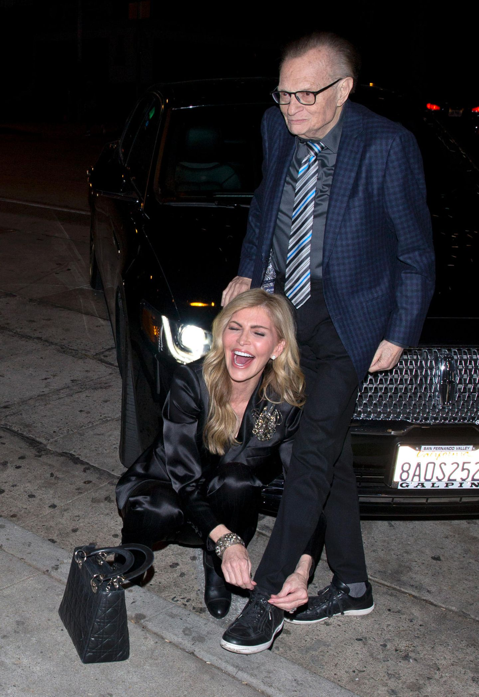 """16. Januar 2018  Larry King und Ehefrau Shawn wollen sich einen gemütlichen Abend im Restaurant """"Craigs"""" machen; nur noch der offene Schnürsenkel steht einer sicheren Anreise im Weg. Da Herr King nicht mehr der Jüngste ist, muss seine Gattin ran."""