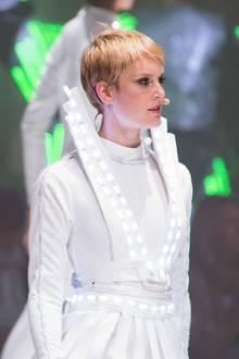 Als Kim Hnizdo im Mai 2017 im Finale von GNTM steht, trägt sie einen blonden Pixie-Cut, den sie einige Folgen vorher während des großen Umstylings verpasst bekommen hat.