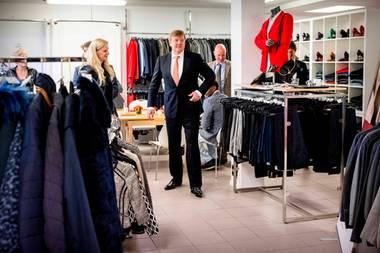 """15. Januar 2018  Sitzt das Sakko? König Willem-Alexander ist nicht etwa Einkaufen, er besucht die Stiftung """"Stiftung Dress for Succes""""."""