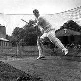 Juli 1947  Obwohl er ein gebürtiger Prinz von Griechenland ist, unter anderem in Deutschland zur Schule gegangen ist und nicht auf ein britisches Elite-Internat wie Eton ist Prinz Philip ein guter Cricket-Spieler. Ein Foto, das ihn zeigt, ehe er Englands künftige Königin heiratet, stellt das unter Beweis.