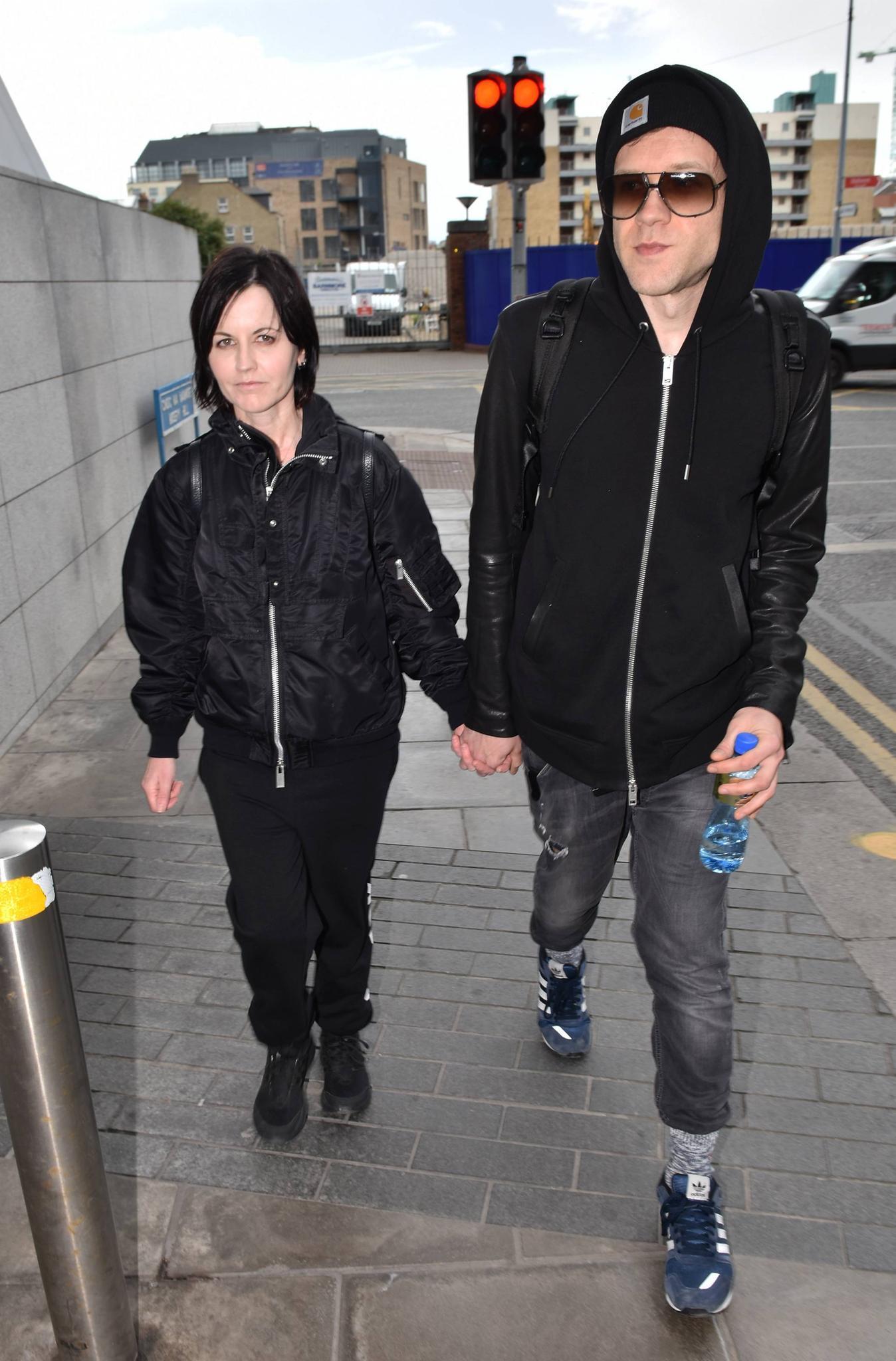 Dolores O'Riordan im Mai 2017 mit ihrem Freund Ole Koretzky auf dem Weg zu einem Auftritt in Dublin, Irland.