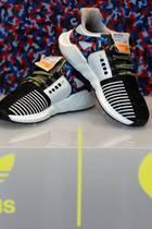 16. Januar 2018  Großer Hype um den limitierten Sneaker von Adidas. Auf der Lasche zu sehen ist die Besonderheit: Die Berliner Verkehrsbetriebe haben dem Schuh nicht nur den Look ihrer Sitzbezüge geliehen, die Treter sind zusätzlich mit einer Jahresfahrkarte ausgestattet.Die auf 500 Stück limitierten Schuhe zum Verkaufspreis von 180 Euro sind begehrte Sammlerstücke. Auf Ebay werden sie bereits für um die 1500 € angeboten.