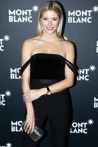Der schwarze Overall von AQ/AQ, den Lena Gercke bei einem Gala Dinner von Mont Blanc trägt, bezirzt durch einen Off-Shoulder-Schnitt mit herunter hängenden Trägern, die den sexy Anschein erwecken, sie seien verrutscht.