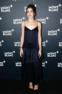 Ihren ersten Red-Carpet-Auftritt in 2018 meistert Charlotte Casiraghi in einem schlichten Kleid, das durch einen seidigen Stoff, feine Träger und einen tiefen V-Ausschnitt einen Touch von Negligé erhält.